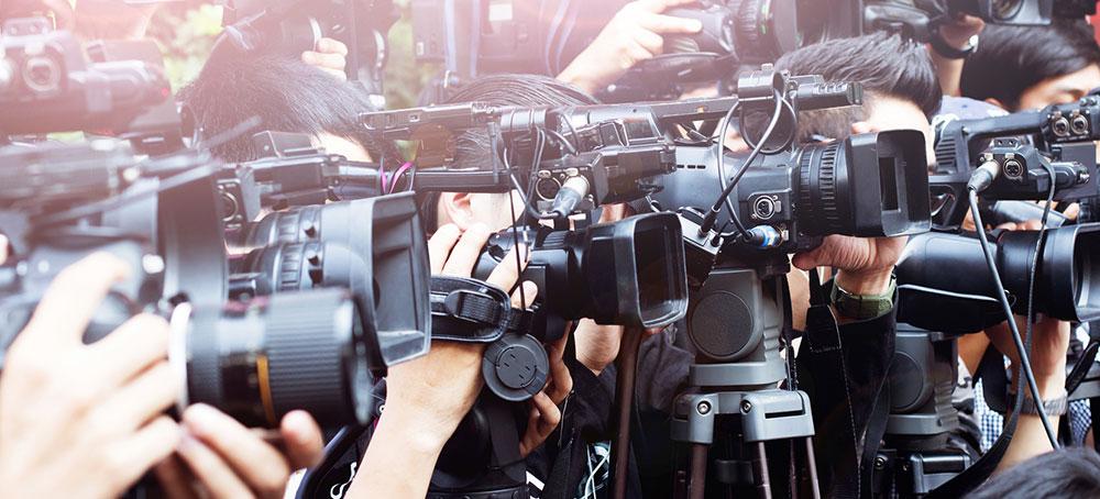 """Vor dem Tor die """"Meute"""" – Führungskräfte und Journalisten"""